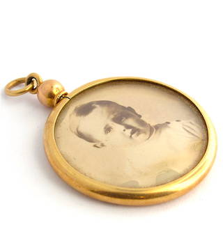 18ct yellow gold antique picture frame pendant