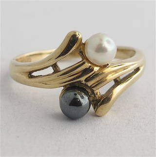 9ct yellow gold black and white cultured pearl ring