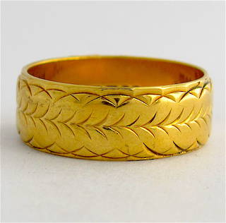 18ct yellow gold wide engraved band