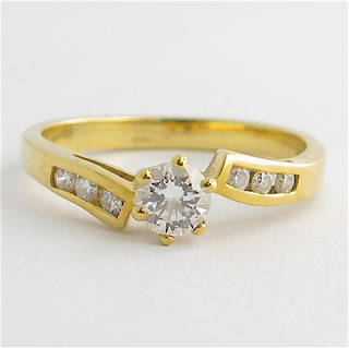 18ct yellow gold diamond solitaire with shoulder diamonds set ring