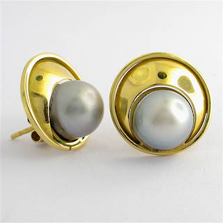 18ct yellow gold black pearl earrings