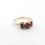 9ct yellow gold 3 x garnet stone ring